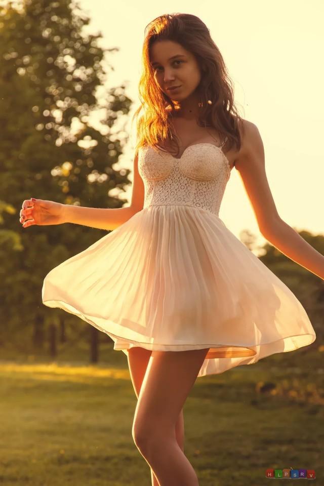 Симпатичные девушки в коротких платьях