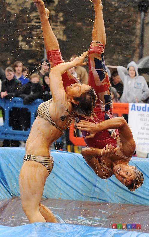 Веселый чемпионат по борьбе в соусе